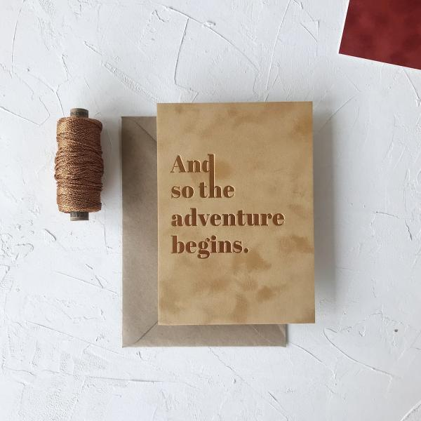 Velours ansichtkaart 'And so the adventure begins' steenrood